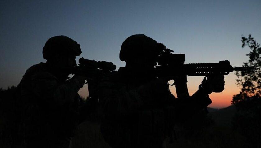 Kırmızı bültenle aranan terörist yakalandı, Babatorun Jandarma Komutanlığı'na teslim edildi
