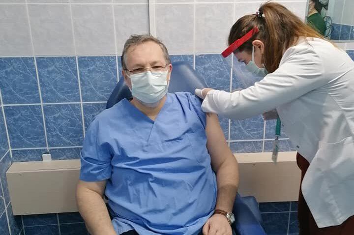 Altınözü'nde ilk Covid-19 aşısı Başhekim Dr. Batuhan Kunt'a uygulandı