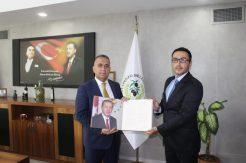 """BİK Müdürü Parlar, Başkan Sarı'ya """"Basının Gözünden Ayasofya"""" kitabını hediye etti"""