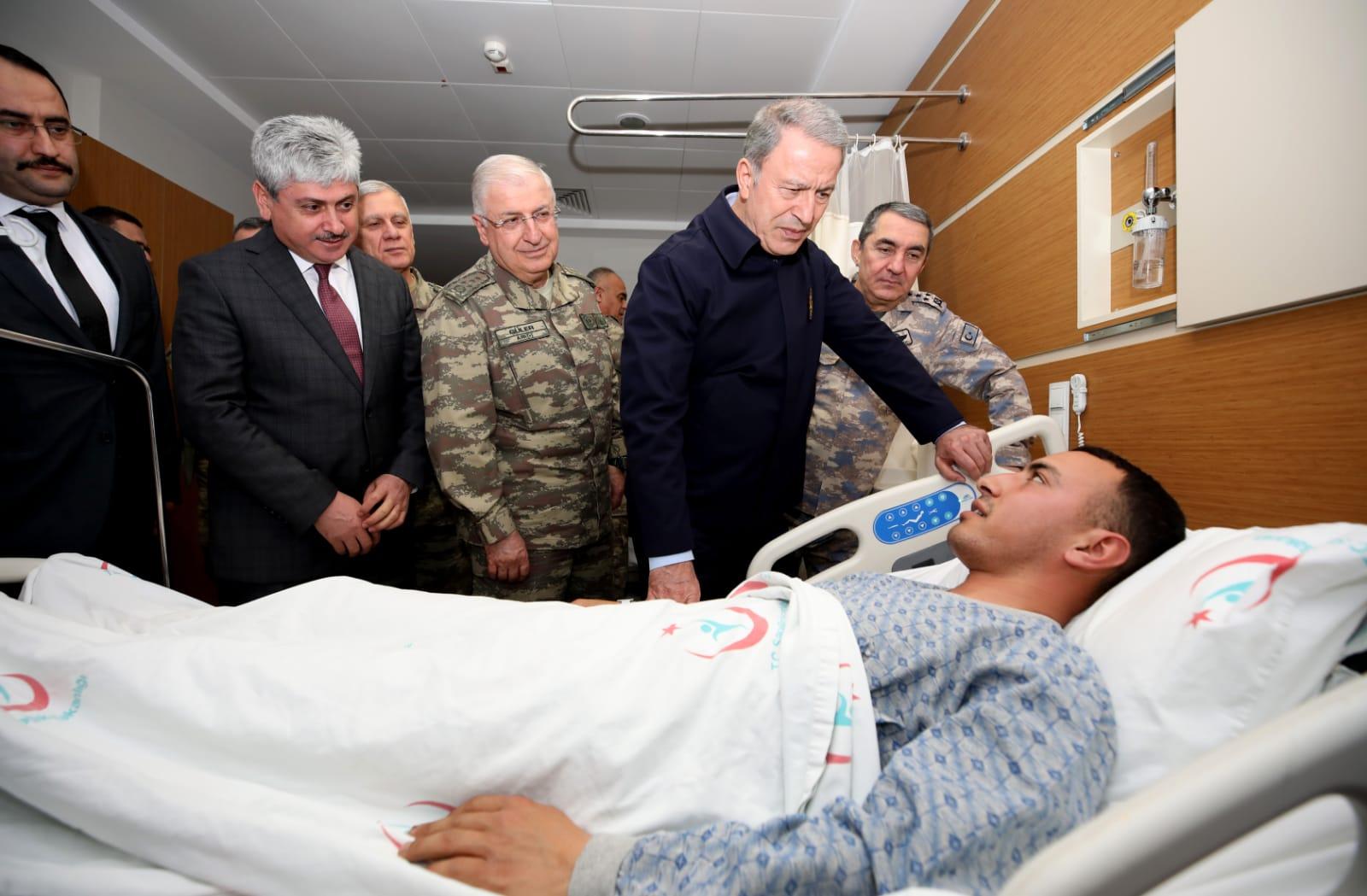 Akar, yaralı askerleri ziyaret etti